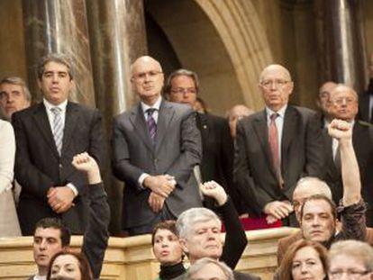 Diputados de la CUP cantan Els Segadors con el puño en alto. Detrás, Francesc Homs, portavoz del Gobierno catalan, Josep Antoni Duran Lleida y el expresidente del Parlament Joan Rigol.