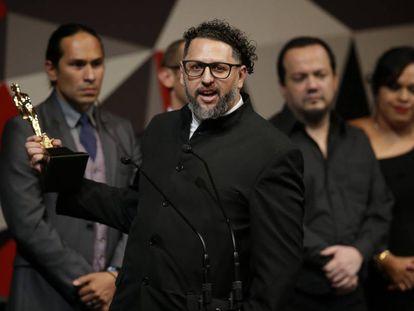 Amir Galván sostiene el Ariel a la mejor película por 'La 4ª compañía'.