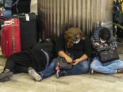 Viajeros esperando en el Aeropuerto de la Ciudad de México.