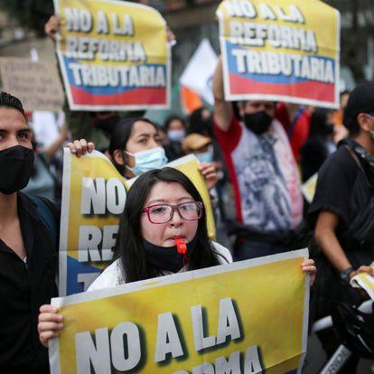 Sindicatos de trabajadores, docentes, organizaciones civiles, indígenas y otros sectores rechazan el proyecto del presidente Duque y marchan hacia el Congreso.