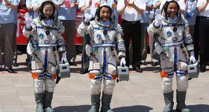 Los tres astronautas chinos, antes del lanzamiento.