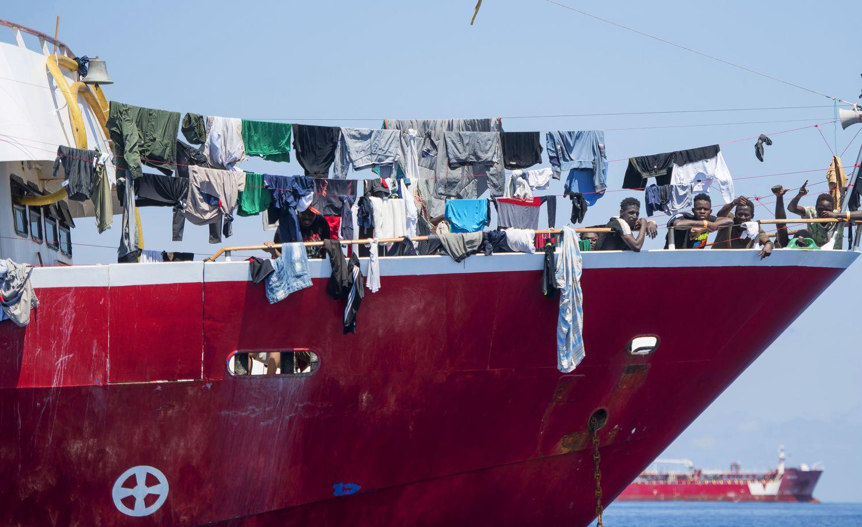 Unos migrantes en uno de los cuatro barcos turísticos alquilados por La Valeta, el pasado martes a 20 kilómetros de la costa maltesa.