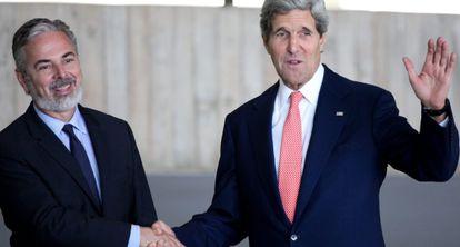 El canciller brasileño Antonio Patriota recibe a John Kerry.