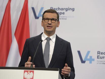El primer ministro polaco, Mateusz Morawiecki, en rueda de prensa tras la cumbre del Grupo de Visegrado en Budapest, el 12 de octubre.