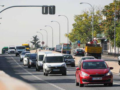 Instalación del primer semáforo de peatones en un tramo urbano de la A-5 a su paso sobre la Avenida de los Poblados.
