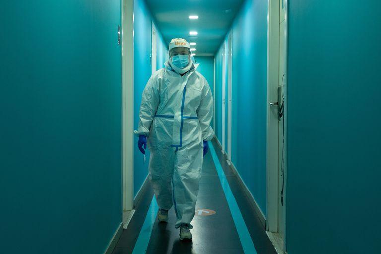 Un profesional sanitario en el centro especializado en pacientes covid del barrio de Gracia de Barcelona, este martes.