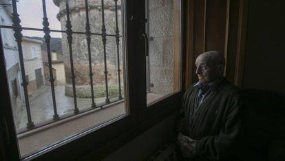 Un hombre de 90 años mira por la ventana, en una imagen de archivo.