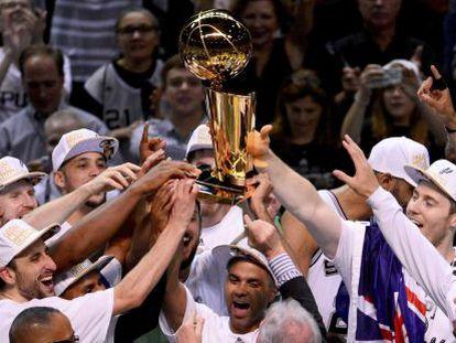 Los Spurs, con Parker en el centro, alzan el trofeo de la NBA.