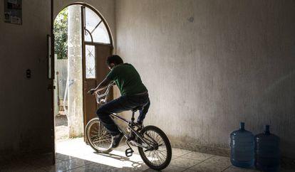 Jason (nombre ficticio) sale en su bicicleta de la casa de su madre en Chimaltenango, Guatemala el 29 de abril de 2018. Mary y su hija, Sami, de 12 años, y su hijo, Jason, fueron deportados de Texas en enero de 2018 después de haber vivido y trabajado en Estados Unidos varios años. Como los expulsaron por separado, estuvieron cinco meses sin verse.
