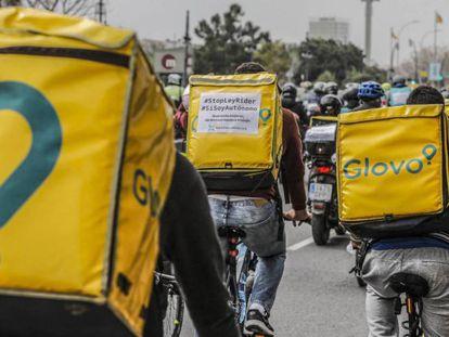 Varios repartidores participan en una manifestación para reclamar la mejora de sus condiciones laborales, en Valencia.