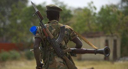 Un soldado del Ejército de Liberación de Sudán del Sur (SPLA) patrulla la localidad de Malakal, el pasado martes.