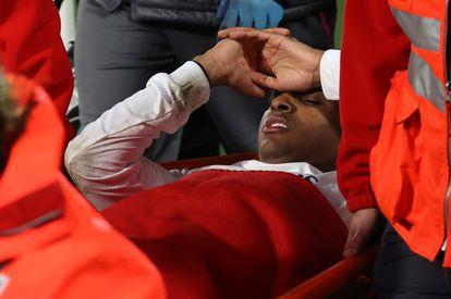 Rodrygo en el momento de ser retirado en camilla, tras la lesión.