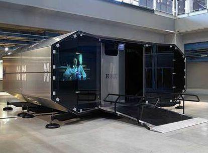 La cápsula H Box, cabina desmontable de videoproyección, propuesta de Hermès en apoyo del arte joven y presentada ahora en el Musac de León.