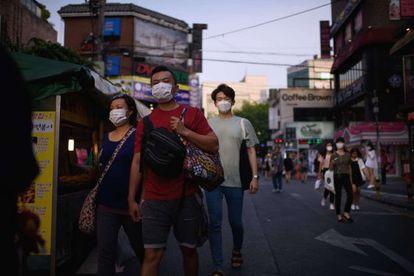 Ciudadanos surcoreanos caminan por una calle de Seúl, el martes.