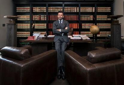 Ricardo Álvarez-Ossorio, abogado, en su despacho de Sotogrande, Cádiz