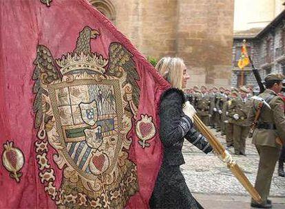 La concejal de Turismo del Ayuntamiento de Granada, Marifrán Carazo, porta el pendón durante el acto conmemorativo del 515º aniversario de la Toma de Granada por los Reyes Católicos.