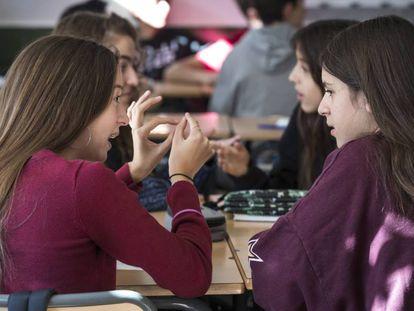 Un grupo de alumnas debaten en un colegio valenciano.