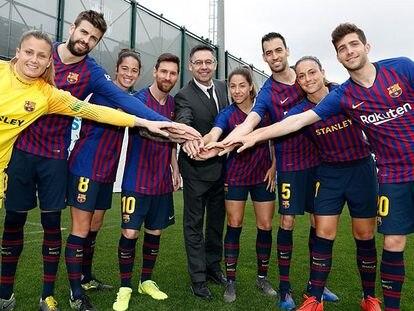 Los capitanes del FC Barcelona, con Josep Maria Bartomeu al centro de la imagen.