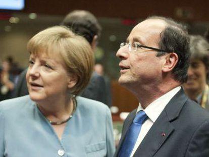 La canciller alemana, Angela Merkel, y el presidente francés, François Hollande, hablan antes del inicio de la cumbre informal europea en Bruselas.