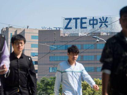 Logotipo de ZTE en un edificio de oficinas en Shanghái.