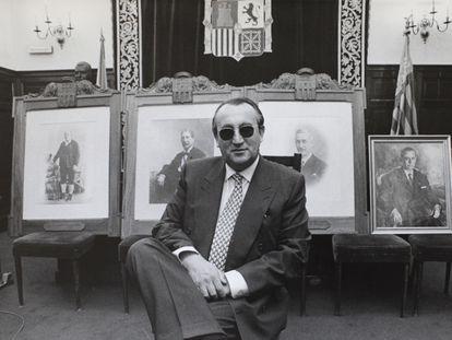 Carlos Fabra posó en 1996 con los retratos de sus antepasados.