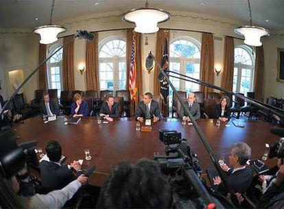 Obama (en el centro) explica en la Casa Blanca el plan de rescate financiero arropado por su equipo económico.