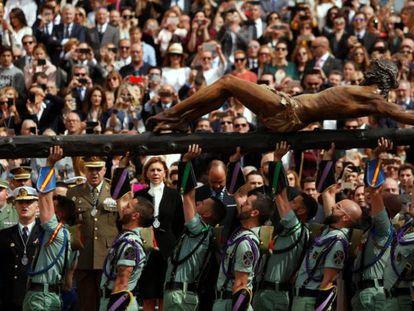 Cospedal contempla a los legionarios levantando la imagen del Cristo de la Buena Muerte en Málaga.