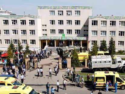 Personal de emergencias, tras el tiroteo, en el exterior del colegio en Kazán, este martes