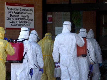 Efectivos de la UME este jueves en labores de desinfección en la residencia de ancianos DomusVi Leganés (Madrid).