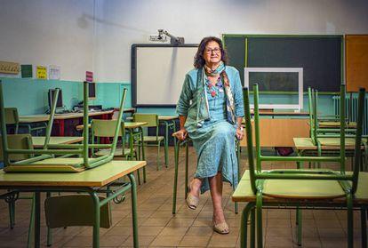 Belén Muñoz, maestra del colegio público Pío XII de Madrid, habla de la brecha digital que ha dejado al descubierto el confinamiento. Debajo, carpeta olvidada en este centro educativo.