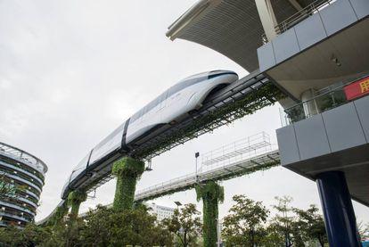 La construcción sobre tierra hace esta alternativa comparativamente más barata que otras. Los 20 kilómetros de la línea proyectadas para El Salvador costarán unos 689 millones de dólares. En comparación, cada nuevo kilómetro de metro en ciudades como París o Berlín cuesta en torno a 250 millones.