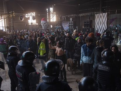 La evacuación de una fiesta en Llinars del Vallès (Barcelona) el pasado 2 de enero.