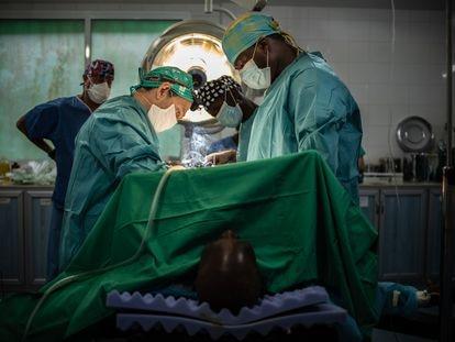Operación en el hospital San José de Monrovia, Liberia, con los doctores José Rubio, Thomas S. Kettor  y  José Luis Casbas.