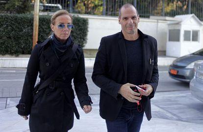 Varoufakis y su mujer llegan al parlamento griego.