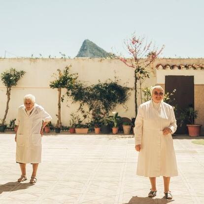 Alberta Ortiz Morier (izquierda) y Magdalena Hernansanz, hermanas del Hogar Marillac, en La Línea, dedicado desde hace tres décadas a enfermos terminales de VIH.