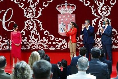 Isabel Diaz Ayuso es aplaudida tras tomar posesión del cargo de presidenta.