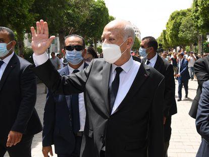 El presidente tunecino, Kais Said, saluda sus partidarios mientras camina por la avenida Habib Bourguiba, en Túnez el 1 de agosto.