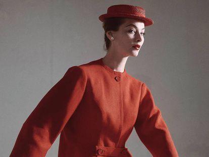 Traje rojo en lino, con sombrero y guantes de Balenciaga, fotografiado para Vogue Estados Unidos en 1952 por Horst P. Horst.