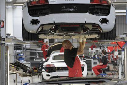 Un trabajador en una fábrica de Audi en Neckarsulm (Alemania).