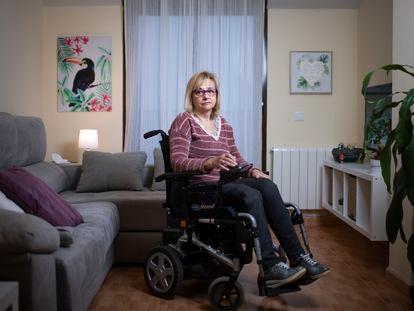 Alicia Resino, que tiene una enfermedad degenerativa y está en lista de espera de la dependencia, el pasado viernes en su casa, en Madrid.