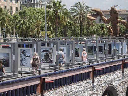 Algunas de las 50 fotografías de la exposición '50 fotos de la historia' que puede verse en el Paseo de Colón de Barcelona.
