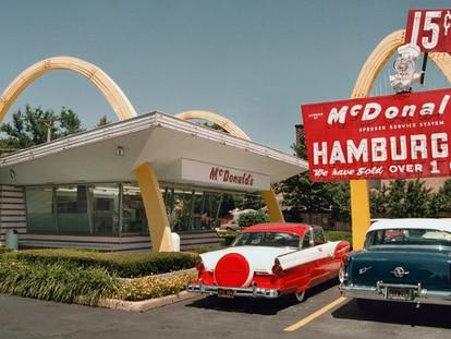 El arquitecto Stanley Clark Meston empleó el rojo y el amarillo en 1953, cuando los dos hijos del fundador de la compañía le propusieron diseñar un McDonald's de carretera que pudiera convertirse en restaurante franquicia.