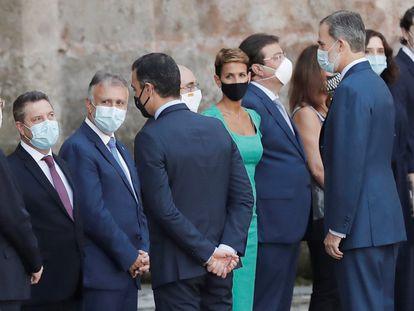 Pedro Sánchez y el rey Felipe VI saludan a los presidentes autonómicos en la conferencia de líderes territoriales del pasado 31 de julio en San Millán de la Cogolla (La Rioja).