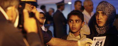 Refugiados sirios llegan a Catania, Italia.
