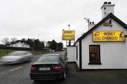Unna agencia de cambio de moneda a la entrada de Irlanda del Norte.