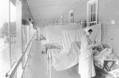 Una enfermera cuida de un paciente en el hospital Walter Reed de Washington durante la epidemia de gripe de 1918.