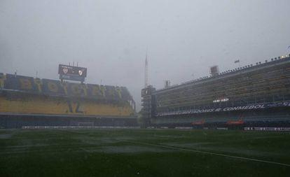 El césped del estadio de Boca Juniors, la 'Bombonera',  inundado por las lluvias que cayeron este sábado sobre Buenos Aires.