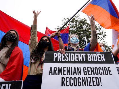 Manifestantes armenios celebran el reconocimiento del genocidio armenio por parte de EE UU.