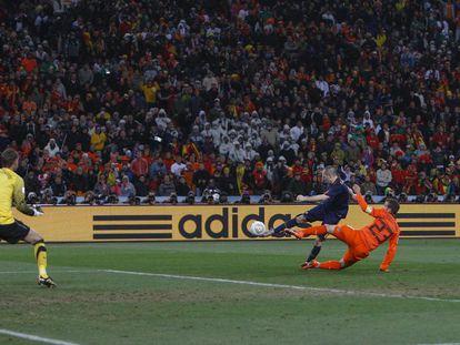 Iniesta marca el gol de la victoria en la final del Mundial 2010 contra Holanda.