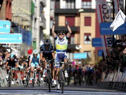 El corredor australiano Simon Gerrans celebra su victoria en la primera etapa de la Vuelta al País Vasco.